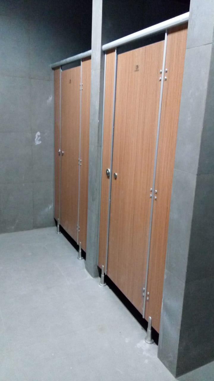 Cubicle Toilet Premium Woodgrain Tokas Teak di PT AROMA KOPIKRIM INDONESIA Sayung Demak
